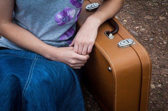 femme avec une valise